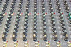 Ciérrese encima de la consola de mezcla de un sistema de alta fidelidad grande, el equipo de audio imagen de archivo