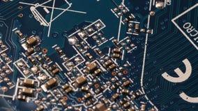 Ciérrese encima de la definición ultra alta eléctrica de Internet de los componentes de placa de circuito de la placa madre azul  metrajes
