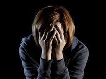 Ciérrese encima de la depresión sufridora de la mujer y subraye solamente en dolor y pena fotos de archivo libres de regalías