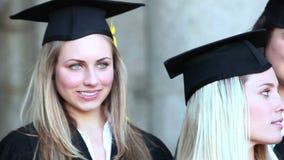 Ciérrese encima de la derecha de la cacerola de los graduados que sostienen su diploma almacen de metraje de vídeo