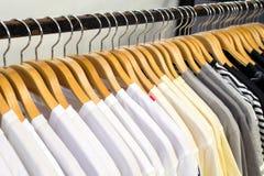 Ciérrese encima de la ejecución blanca de la camisa en guardarropa imagen de archivo libre de regalías