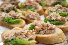 Ciérrese encima de la ensalada de atún en el baguette foto de archivo libre de regalías