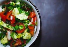 Ciérrese encima de la ensalada de tomates y de pepinos frescos Comida sana, verduras imagen de archivo libre de regalías