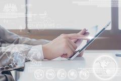 Ciérrese encima de la escena del hombre de negocios que usa la tableta con capa digital imágenes de archivo libres de regalías