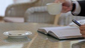 Ciérrese encima de la escritura de la mano en agenda almacen de metraje de vídeo