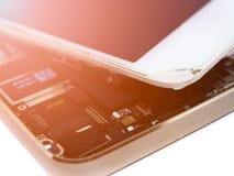 Ciérrese encima de la exhibición rota teléfono elegante del circuito de la visión con la llamarada de la lente Fotografía de archivo libre de regalías