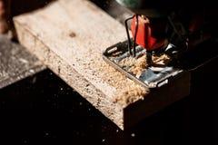 Ciérrese encima de la foto de la madera del corte con segueta imagen de archivo libre de regalías