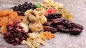 Ciérrese encima de la foto de nueces crudas y de frutas secadas almacen de metraje de vídeo