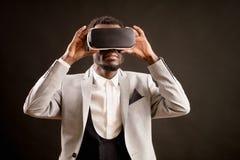 Ciérrese encima de la foto del hombre de moda en los vidrios 3D para los smartphones Fotografía de archivo libre de regalías