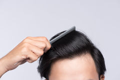 Ciérrese encima de la foto del pelo sano limpio del ` s del hombre Peine del hombre joven su h Imagen de archivo