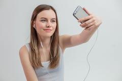Ciérrese encima de la foto de la muchacha hermosa del inconformista que mira se del smartphone Foto de archivo libre de regalías