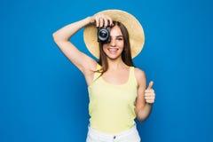 Ciérrese encima de la foto de la mujer en sombrero en el azul que toma una foto con la cámara digital Fotos de archivo