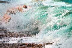 Ciérrese encima de la fractura de la ola oceánica Imágenes de archivo libres de regalías