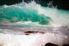 Ciérrese encima de la fractura de la ola oceánica Imagen de archivo libre de regalías