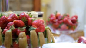Ciérrese encima de la fruta sabrosa - kiwi de las fresas en la tabla de comida fría almacen de metraje de vídeo