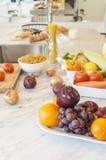 Ciérrese encima de la fruta y verdura con los ingredientes listos para ser cooke Foto de archivo libre de regalías