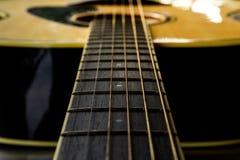 Ciérrese encima de la guitarra acústica fotos de archivo libres de regalías