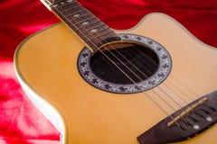 Ciérrese encima de la guitarra acústica Foto de archivo