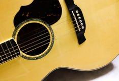 Ciérrese encima de la guitarra acústica Imagen de archivo libre de regalías