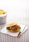 Ciérrese encima de la hamburguesa del pollo fotografía de archivo libre de regalías