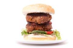 Ciérrese encima de la hamburguesa doble de la carne de vaca. Fotografía de archivo libre de regalías