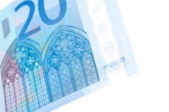 Ciérrese encima de la imagen de 20 billetes de banco euro sobre blanco Fotos de archivo
