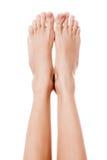 Ciérrese encima de la imagen de los pies desnudos de la mujer. Aislado en blanco Fotografía de archivo