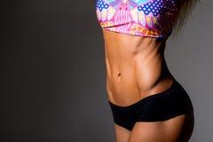 Ciérrese encima de la imagen del ABS entrenado mujer Imagenes de archivo