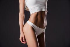 Ciérrese encima de la imagen del ABS entrenado mujer Fotografía de archivo