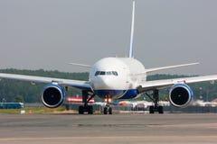 Ciérrese encima de la imagen del aeroplano del pasajero en la pista Imágenes de archivo libres de regalías