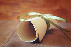 Ciérrese encima de la imagen del diploma de la educación sobre la tabla de madera Foco selectivo Imágenes de archivo libres de regalías