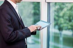 Ciérrese encima de la imagen del hombre de negocios que sostiene una tableta digital, retrato Fotos de archivo libres de regalías