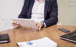 Ciérrese encima de la imagen del hombre de negocios que sostiene una tableta digital, retrato Imágenes de archivo libres de regalías