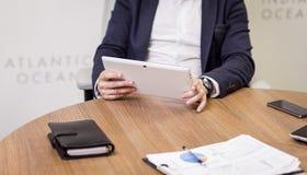 Ciérrese encima de la imagen del hombre de negocios que sostiene una tableta digital, retrato Foto de archivo