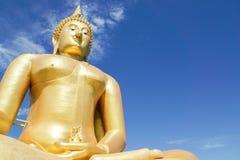 Ciérrese encima de la imagen grande al aire libre de Buda del oro en templo Fotos de archivo