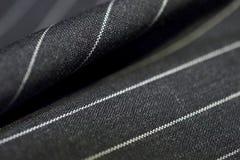 Ciérrese encima de la línea tela del negro del traje Imagenes de archivo