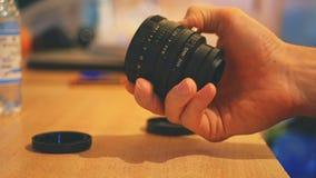 Ciérrese encima de la lente de cámara del vintage en las manos imagen de archivo