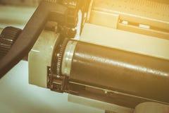 Ciérrese encima de la máquina de escribir inmóvil de la vida en la tabla Fotos de archivo