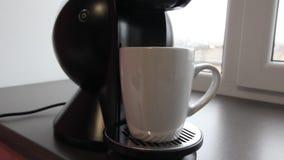 Ciérrese encima de la máquina del fabricante de café con la taza del café con leche metrajes