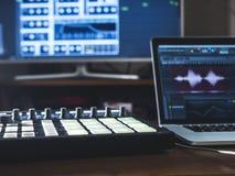Ciérrese encima de la máquina de la música con los cojines en el lugar de trabajo del sonido de la tabla con el monitor del exter Foto de archivo