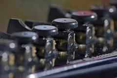 Ciérrese encima de la macro de los sintonizadores abiertos de la guitarra del engranaje Fotos de archivo libres de regalías