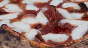 Ciérrese encima de la macro de salchichones y de la pizza de queso encendidos madera Imagen de archivo libre de regalías