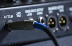 Ciérrese encima de la macro del enchufe de la guitarra que entra pedal del fx Fotografía de archivo
