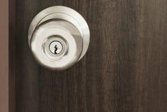 Ciérrese encima de la manija del metal en una puerta de madera vieja Imagenes de archivo