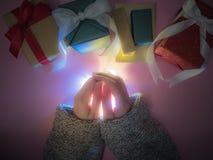 Ciérrese encima de la mano del ` s de la muchacha de la belleza con el paño, la luz y el grupo del invierno Imágenes de archivo libres de regalías