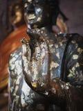 Ciérrese encima de la mano de la estatua Buda Fotos de archivo