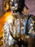 Ciérrese encima de la mano de la estatua Buda Imagenes de archivo