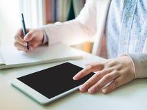 Ciérrese encima de la mano izquierda del negocio woman30s a 40s con rosa o el PA Imagen de archivo libre de regalías