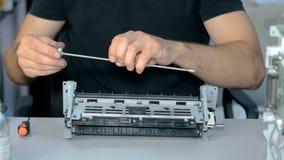 Ciérrese encima de la materia electrónica de las reparaciones del trabajador del tiro almacen de metraje de vídeo