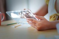 Ciérrese encima de la mujer asiática del tiro que usa claramente la tableta para el cybe futurista Fotos de archivo